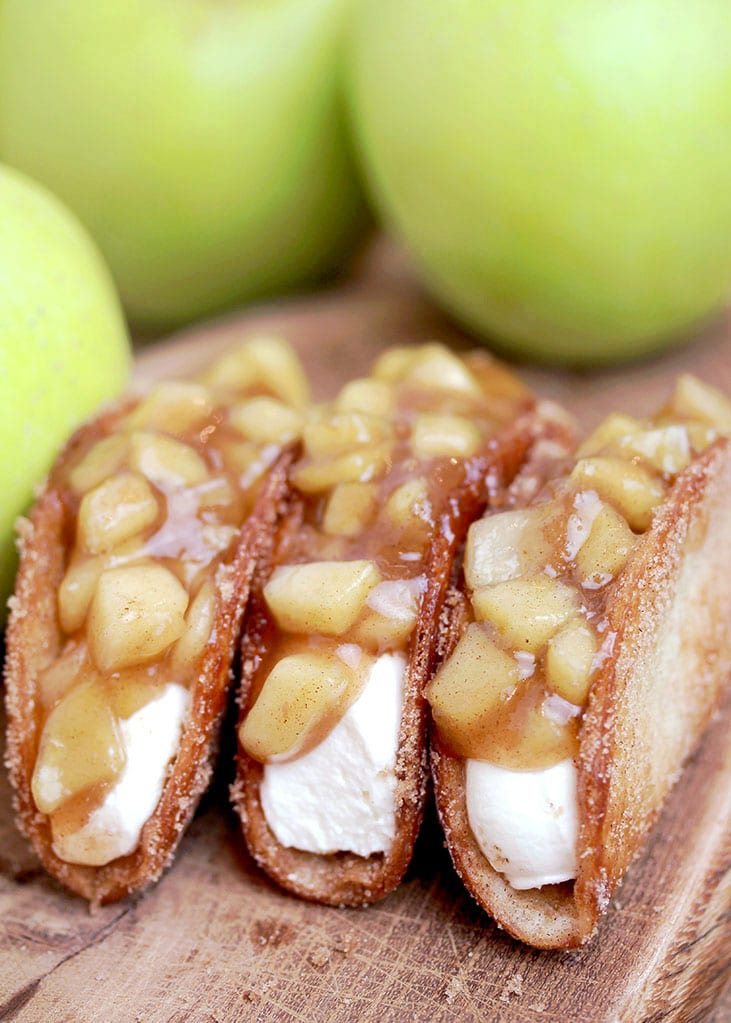 Apple Cheesecake Tacos – crunchy cinnamon sugar tortilla shells, filled with cheesecake filling and covered with homemade apple pie filling are simply perfect. This very tasty dessert is ideal for upcoming fall days.