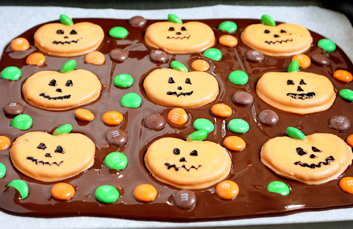 Here is a great recipe for Halloween – M&M`s Pumpkin Pretzel Bark – just perfect for this holiday. OMG Halloween… the party can start real soon.