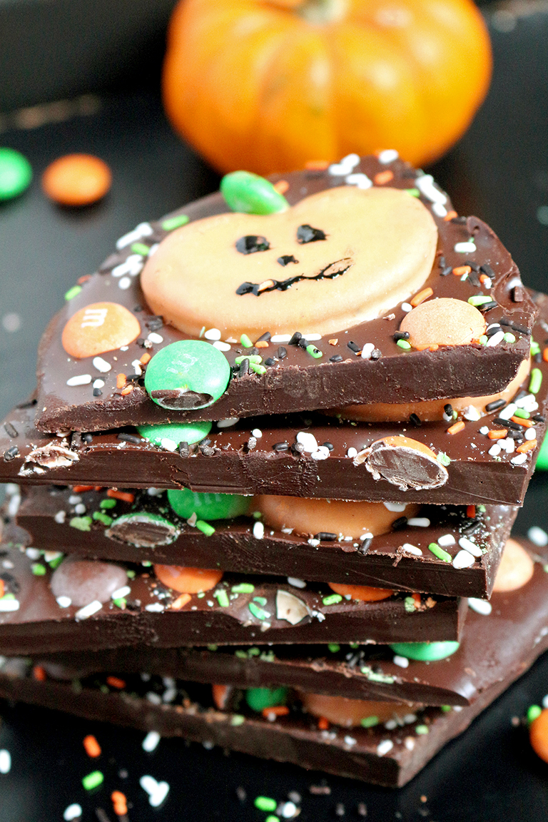 Here is a great recipe for Halloween – M&M's Pumpkin Pretzel Bark – just perfect for this holiday. OMG Halloween… the party can start real soon.