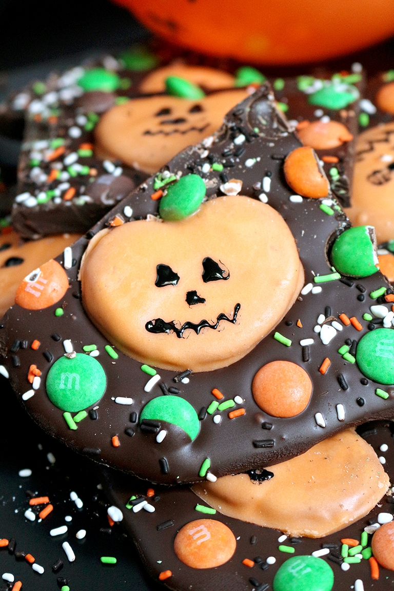 Here is a great recipe for Halloween - M&M's Pumpkin Pretzel Bark - just perfect for this holiday. OMG Halloween… the party can start real soon.