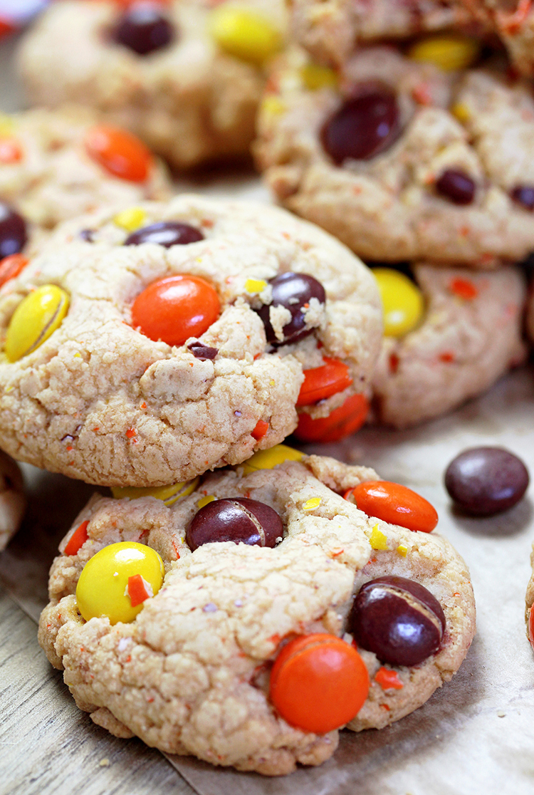 Reese's Pieces Cookies – crunchy outside, soft inside – perfect fall cookies in Halloween colors. In my family we all love Reese's Pieces, especially my son. Can you imagine how much he enjoys Reese's Pieces Cookies.