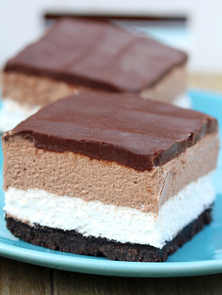 Easy No Bake Nutella Cheesecake Bars – quick and perfectly creamy cream cheese and Nutella dessert, with Oreo base and chocolate ganache.