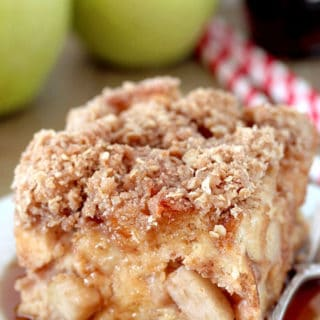 Apple French Toast Bake – this is a recipe for a delicious breakfast that is easy to prepare and is perfect for fall days. Pieces of bread are soaked in the mixture of eggs, milk, heavy cream, vanilla and apple pie filling and then topped with cinnamon, oat and brown sugar, covered with maple syrup – a perfect way to start your day.