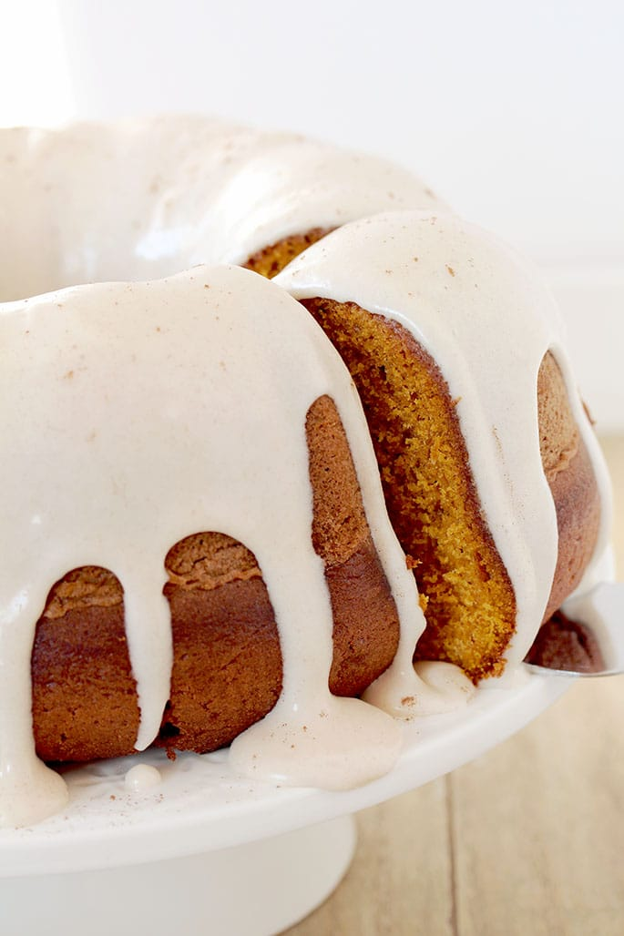 Pumpkin Bundt Cake with Cinnamon Cream Cheese Frosting is the recipe for delicious and easy, moist and spicy pumpkin cake – perfect for Halloween, or any other occasion during the pumpkin season.