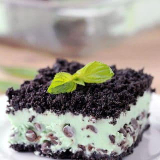 Mint Chocolate Chip Frozen Dessert – Oreo layer, mint, chocolate chips filling, all topped with Oreo crumbs make this dessert amazing. This frozen, refreshing mint dessert is so easy to prepare