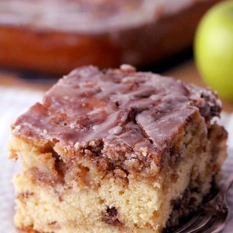 Apple Cinnamon Roll Cake – this homemade cake is a perfect fall dessert so easy to prepare and it´s filled with juicy apples with buttery cinnamon brown sugar swirl and vanilla glaze drizzle over the top. Apple Cinnamon Roll Cake can be eaten for breakfast, brunch, as a coffee cake or a delicious dessert.