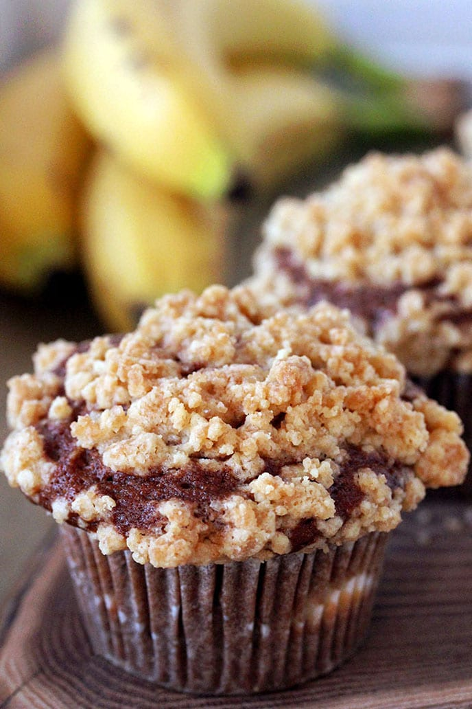 Cheesecake Banana Bread Muffins – moist and soft banana muffins, filled with cheesecake and buttery brown sugar crumble topping are so easy to make and their taste is incredible.
