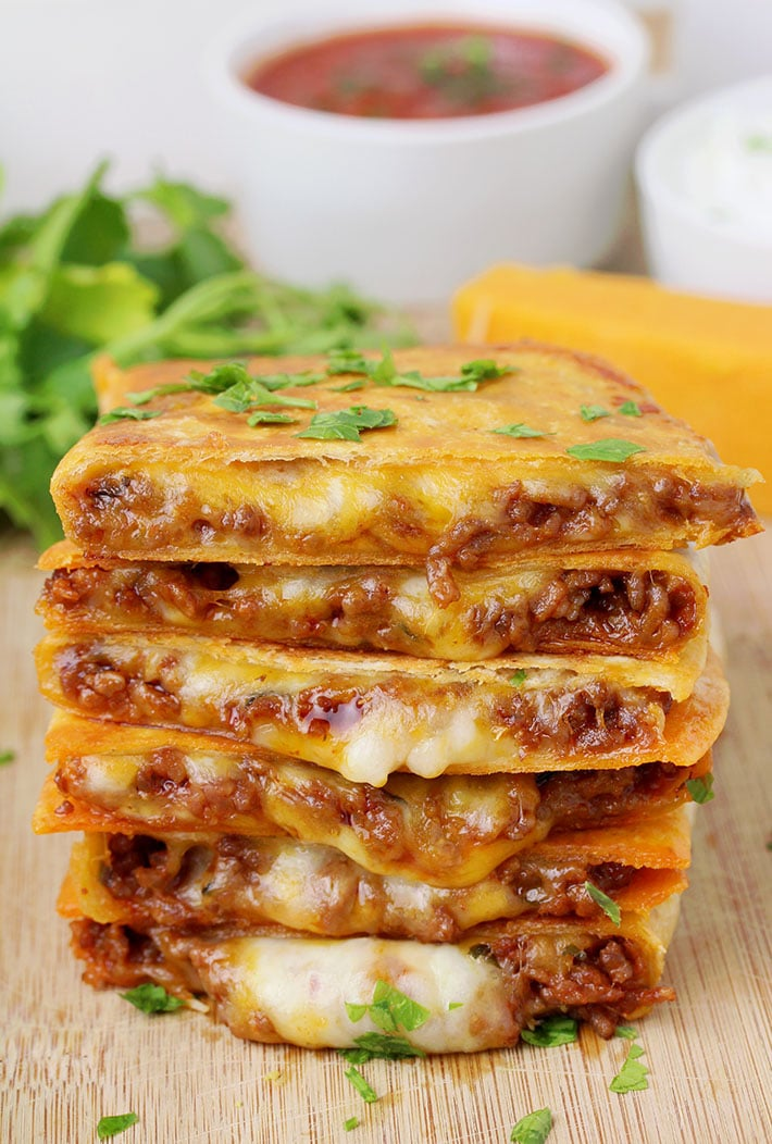 Easy Cheesy Ground Beef Quesadillas – you will love this easy dinner recipe, especially if you are a fan of Mexican comfort food. These tortillas filled with two types of melted cheese and juicy, minced meat filling, seasoned and fried in a frying pan are so quick and easy to prepare and their taste is amazing.